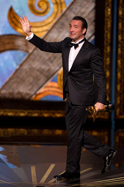 Jean Dujardin accepts his Oscar-400